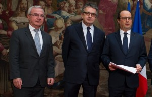 648x415_alain-claeys-and-jean-leonetti-hand-over-the-report-of-the-parliamentary-information-mission-fin-de