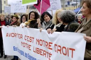 724608-des-manifestantes-tiennent-une-banderole-pour-defendre-le-droit-d-avorter-le-1er-fevrier-2014-a-mars